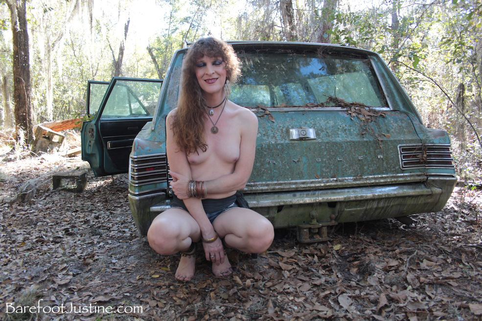 Hippie chick blows smoke from pussy — pic 6